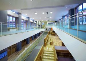 白山市朝日小学校-メディアアトリウム棟2階廊下